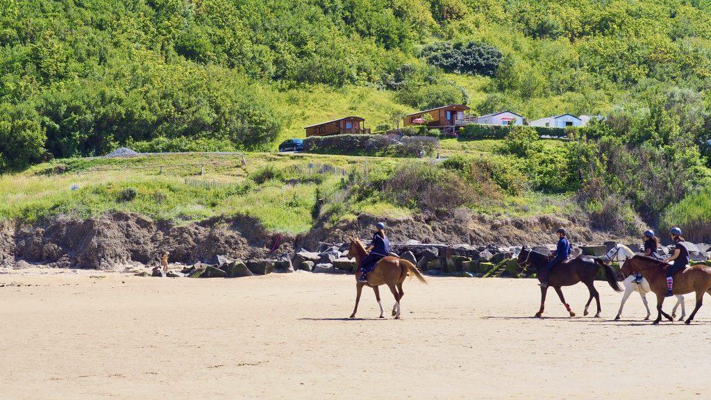 Promenade à cheval sur la plage de Houlgate.