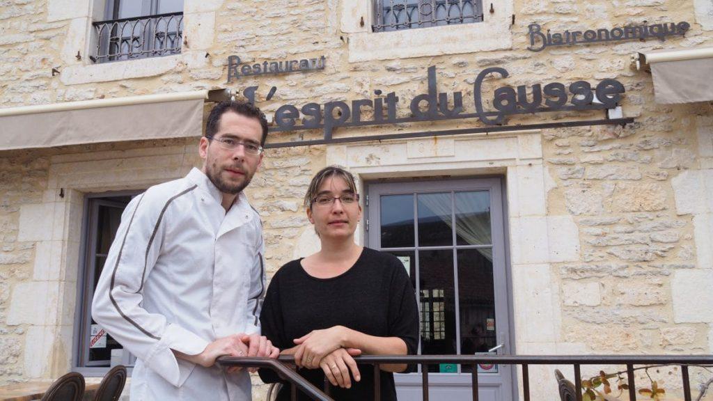 Romain et Marlène devant l'Esprit du Causse à Concots
