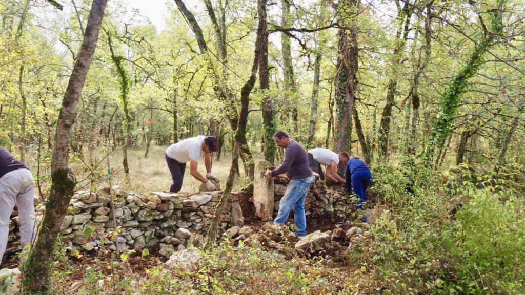 Bénévoles mur pierres sèches